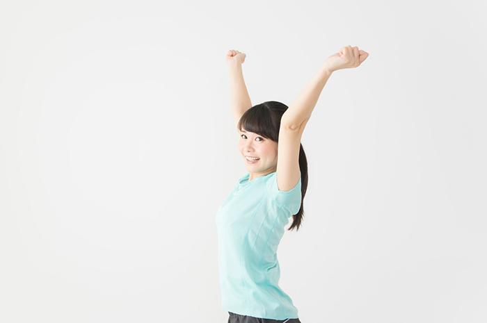 伸びをしている女性